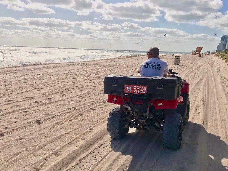 Personal de rescate en Miami Beach.