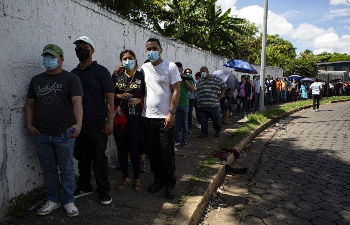 Personas realizan largas filas durante un día de vacunación masiva para personas mayores de 30 años para recibir la primera dosis de la vacuna Astrazeneca, en Managua, Nicaragua, el 20 de septiembre de 2021.