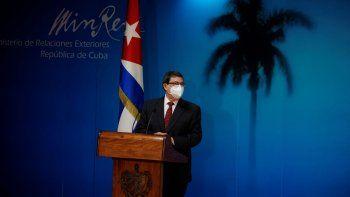 El ministro de Relaciones Exteriores de Cuba, Bruno Rodríguez Parrilla, con una máscara en medio de la pandemia de COVID-19, presenta el informe de Cuba sobre el impacto de la política de embargo de Estados Unidos en la isla durante el año pasado, en el Ministerio de Relaciones Exteriores en La Habana, Cuba, el jueves 22 de octubre de 2020.