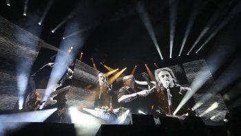 Con el difunto cantante Gustavo Cerati en pantalla, Charly Alberti de Soda Stereo toca durante el primer concierto de su gira Gracias totales, el sábado 29 de febrero del 2020 en Bogotá.