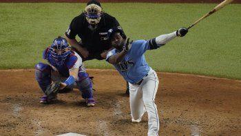 Randy Arozarena de los Tampa Bay Rays observa un sencillo impulsor contra los Dodgers de Los Ángeles durante la tercera entrada en el Juego 5 de la Serie Mundial de béisbol el domingo 25 de octubre de 2020 en Arlington, Texas