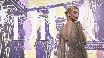 La actriz y modelo argentino-británica nacida en Estados Unidos Anya Taylor-Joy posa durante el photocall antes del desfile de modas Dior Croisiere (Cruise) 2022, en el Estadio Panatenaico, en Atenas, el 17 de junio de 2021.