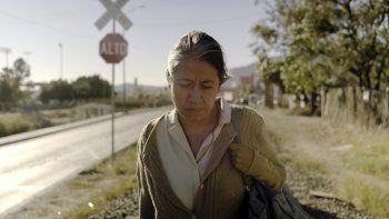 En esta imagen difundida por Cinépolis Distribución, la actriz Mercedes Hernández en una escena de la película Sin señas particulares, que se estrena en México el 5 de agosto de 2021.