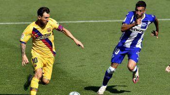Lionel Messi (izquierda) del Barcelona avanza con el balón frente a Víctor Camarasa del Alavés durante el partido de la Liga de España, en Vitoria, el domingo 19 de julio de 2020.