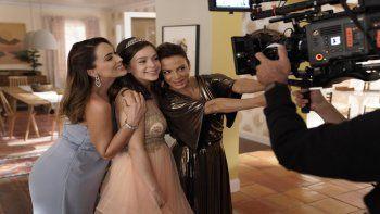 En esta imagen proporcionada por Telemundo, de izquierda a derecha, Jacky Bracamontes, Dalexa Meneses y Silvia Navarro en el set de La suerte de Loli. La serie estrena el 26 de enero de 2021.