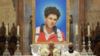 Una imagen de Carlo Acutis, un niño italiano de 15 años que murió en 2006 de leucemia, se ve durante la ceremonia de beatificación celebrada por el cardenal Agostino Vallini, en el centro, en la Basílica de San Francisco, en Asís, Italia, el sábado 10 de octubre. 10, 2020.