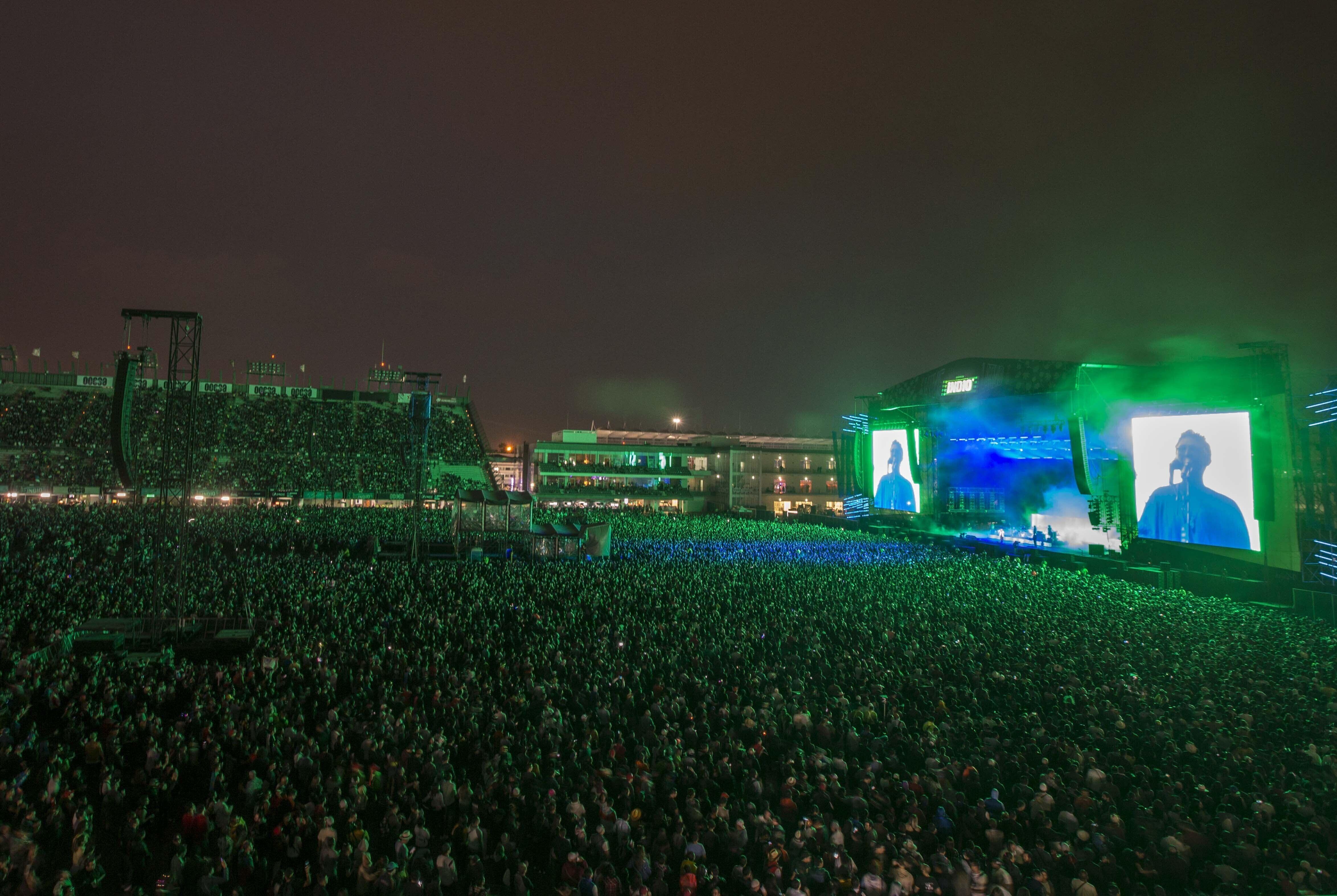 El público en el escenario principal del festival Vive Latino en la Ciudad de México en una fotografía del 15 de marzo de 2020. La empresa de entretenimiento mexicana Televisa anunció el lunes 13 de septiembre que llegó a un acuerdo con la estadounidense Live Nation y CIE para continuar con la venta de su posición accionaria en la compañía de espectáculos en vivo Ocesa.