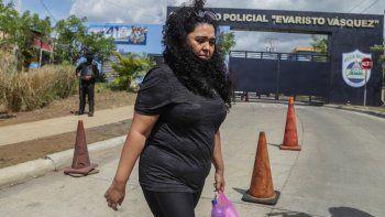 La periodista Verónica Chávez, esposa del precandidato presidencial detenido y periodista Miguel Mora, sale luego de ser expulsada por la policía antidisturbios mientras intentaba dejar comida para su esposo en el Complejo Judicial Evaristo Vásquez llamado el chipote en Managua, el 21 de junio 2021.