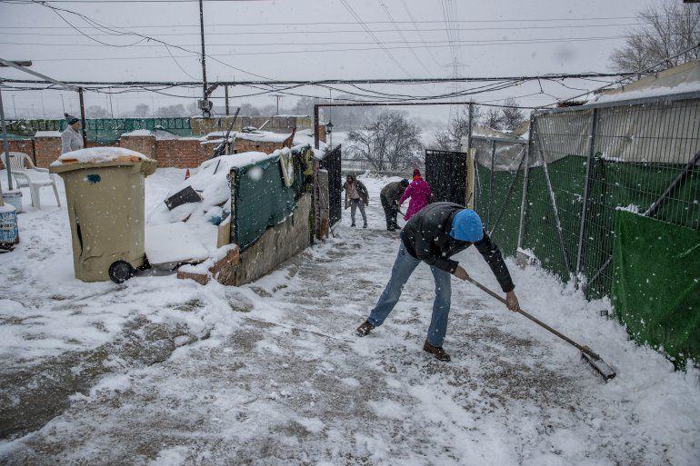 Unas personas palean la nieve en La Cañada Real Galiana