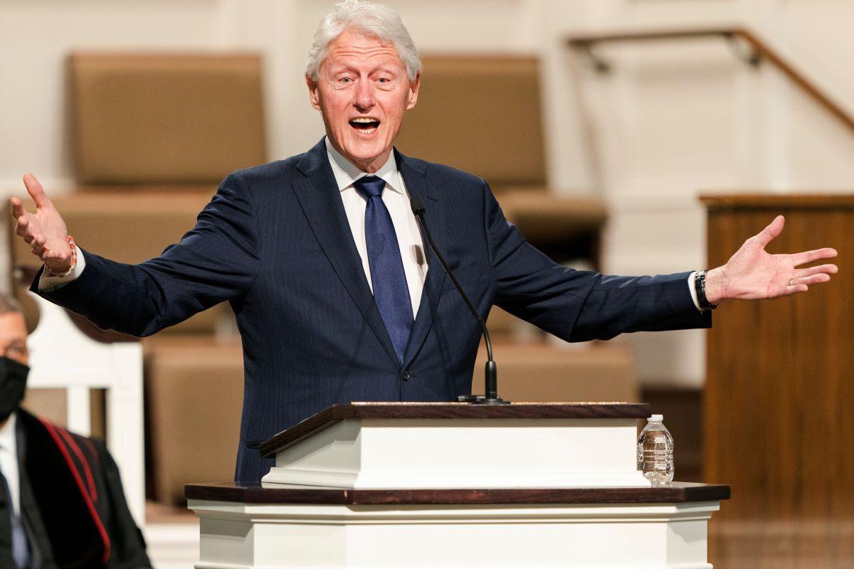 El expresidente Bill Clinton habla durante los servicios funerarios de Henry Hank Aaron, en la Iglesia Bautista de la Amistad, en Atlanta.