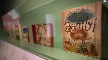 Varias traducciones del cuento icónico Bambi: A Life In The Woods de Felix Salten se exhiben en la Biblioteca del Ayuntamiento de Viena el 23 de marzo de 2021.