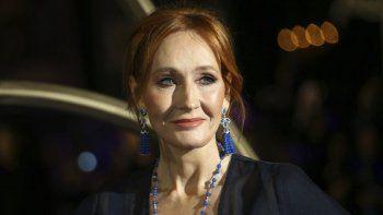 En esta foto del 13 de noviembre de 2018, la escritora J.K. Rowling posa al llegar al estreno de la película Fantastic Beasts: The Crimes of Grindelwald en Londres.