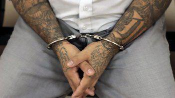 Un pandillero de la Mara Salvatrucha esposado espera el inicio de un juicio en el centro Isidro Menéndez en San Salvador, El Salvador, el jueves 10 de octubre de 2019