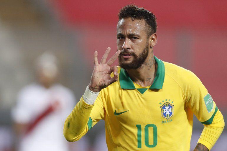 El brasileño Neymar celebra tras anotar contra Perú durante su partido de fútbol clasificatorio sudamericano para la Copa Mundial de la FIFA 2022 en el Estadio Nacional de Lima