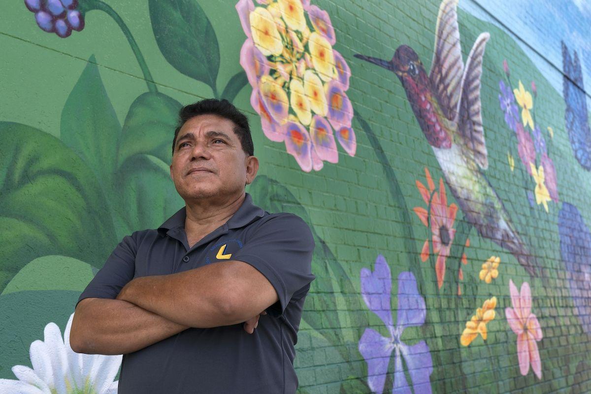 Arnoldo Díaz, miembro del comité ejecutivo de la Alianza Nacional del TPS, posa para un retrato en Hyattsville, Maryland, el lunes 30 de agosto de 2021.
