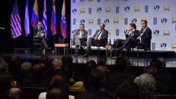 Fotografía de archivo de expresidentes de Latinoamérica y España que participan en el foro sobre la reinvención de los partidos políticos convocado por la Cátedra Nelson J. Mezerhane G., el Grupo Idea y el Miami Dade.