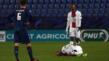 El brasileño se lamentaba de la rodilla y del aductor izquierdo y -tras intentar continuar sobre el césped- acabó solicitando el cambio a los 60 minutos de partido.