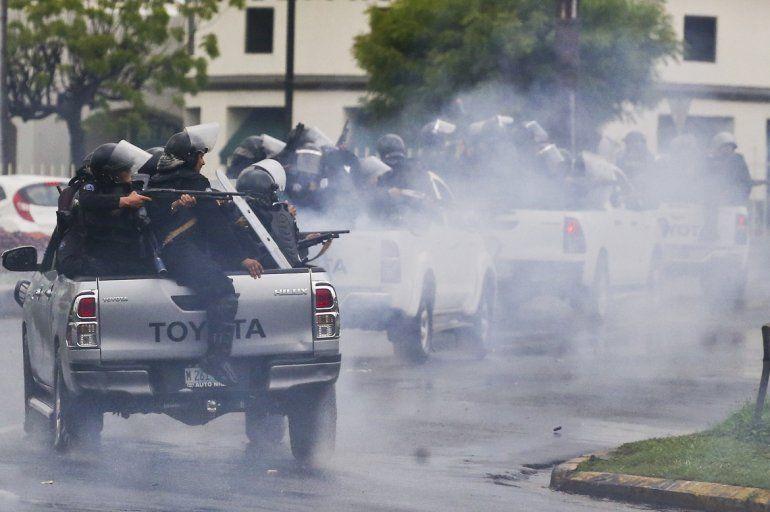 Policías antimotines les disparan a estudiantes universitarios que participan en una protesta contra el presidente Daniel Ortega