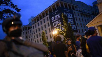 Una bandera gigante de Black Lives Matter descansa sobre un edificio en Washingtonmientras los manifestantesprotestan en la plaza Lafayette, frente a la Casa Blanca, el 22 de junio de 2020.