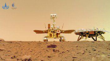La imagen distribuida por la Administración Nacional Espacial de China (CNSA) el viernes 11 de junio de 2021 muestra el explorador marciano Zhurong cerca de su plataforma de descenso.