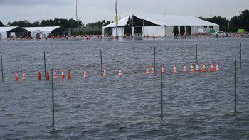 El estacionamiento del Estadio Hard Rock, en Miami Gardens, Florida, donde se realiza una gran cantidad de pruebas diagnósticas de COVID-19, se inundó a causa de las lluvias generadas por la tormenta tropical Eta, el lunes 9 de noviembre de 2020.
