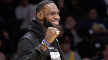 Un lesionado LeBron James celebra con su equipo en la primera mitad del juego de los Lakers de Los Ángeles ante los Nuggets de Denver el domingo 22 de diciembre del 2019. El equipo enfrentará a los Clippers en el juego de Navidad.