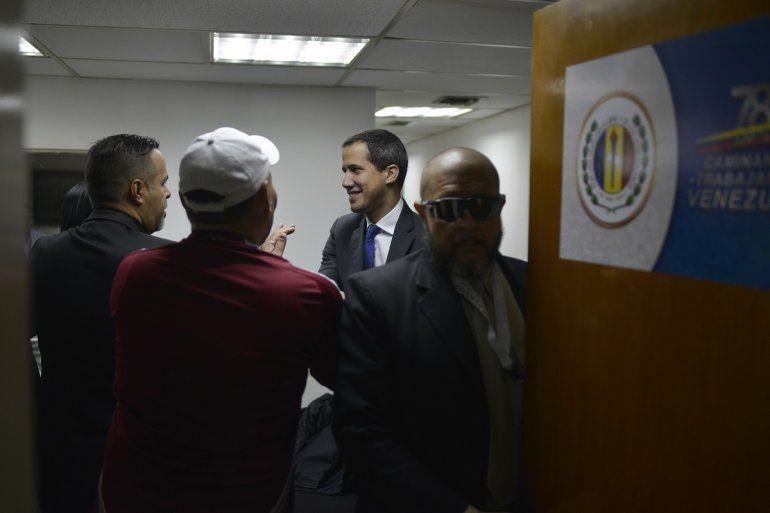El líder de la oposición Juan Guaidó llega a la sede del partido político Acción Democrática antes de ir a la Asamblea Nacional en Caracas