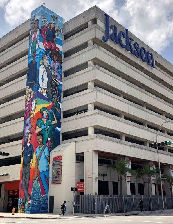 Un mural en homenaje a los trabajadores de la salud decora el Jackson Memorial Hospital