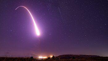 Imagen difundida por la Fuerza Aérea de Estados Unidos muestra el lanzamiento de prueba de un misil balístico intercontinental no armado Minuteman 3 en la Base Vandenberg, en California.