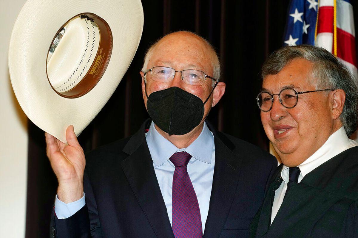 Ken Salazar (izquierda) saluda con el sombrero luego de prestar juramento como el embajador de Estados Unidos en México, el jueves 26 de agosto de 2021, en Denver.