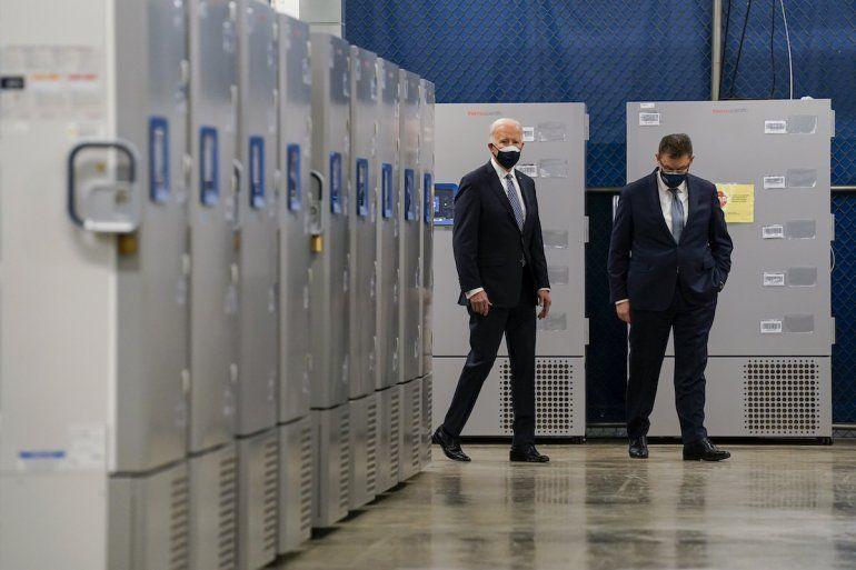 El presidente Joe Biden inspecciona contenedores de vacunas al visitar la fábrica Pfizer con el CEO de esa empresa Albert Bourla en Portage