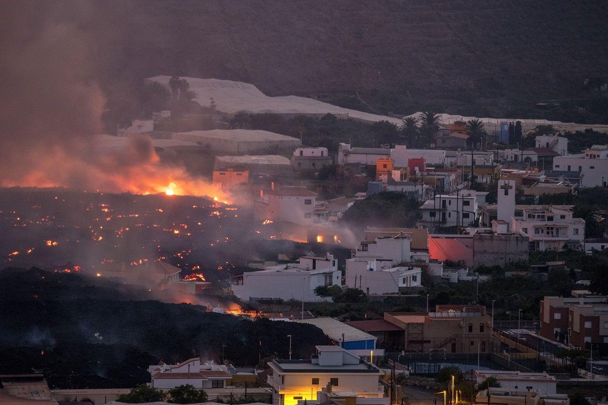 La lava de un volcán destruye casas en el vecindario de La Laguna, en la isla canaria de La Palma, España, el jueves 21 de octubre de 2021.