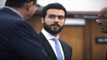 El actor mexicano Pablo Lyle, en el centro, habla con sus abogados durante una audiencia en Miami el 15 de enero de 2020. Una jueza aplazó su juicio hasta junio de 2021.