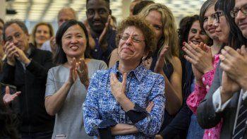 Fotografía cedida por The New York Times de Susan Chira, de la sala de redacción, quien es aplaudida por sus colegas luego de que el periódico ganara el Premio Pulitzer de Servicio Público en Nueva York, EEUU.