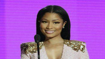 Nicki Minaj presenta el premio al Dúo o grupo favorito de pop/rock durante los American Music Awards el 22 de noviembre de 2015 en el Teatro Microsoft en Los Angeles. El padre de la rapera murió tras ser arrollado por un conductor que se dio a la fuga en Nueva York.