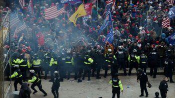 Los partidarios de Trump chocan con la policía y las fuerzas de seguridad mientras asaltan el Capitolio de los Estados Unidos en Washington, DC el 6 de enero de 2021.