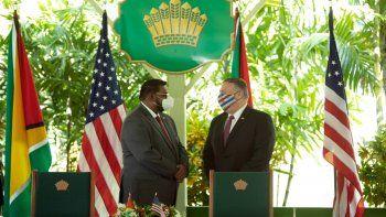 El secretario de Estado de Estados Unidos, Mike Pompeo (derecha), habla con el presidente de Guyana, Mohamed Irfaan Ali, durante una conferencia de prensa conjunta en Georgetown el 18 de septiembre de 2020. El secretario de Estado de Estados Unidos, Mike Pompeo, utilizó su visita a Guyana en Sudamérica el viernes para aumentar la presión sobre el dictadorNicolás Maduro dejará el poder en la vecina Venezuela.