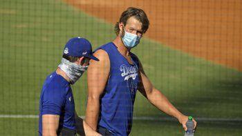 En foto del domingo 5 de julio de 2020 el pitcher de los Dodgers de Los Ángeles Clayton Kershaw y su compañero Walker Buehler en los entrenamientos de primavera.