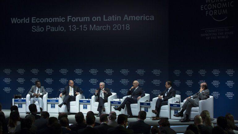 De izquierda a derecha: el legendario exfutbolista brasileño Pelé; el gobernador del estado de Sao Paulo