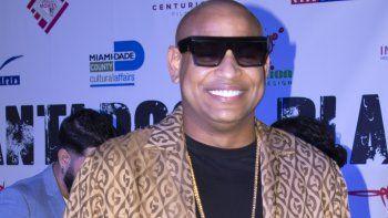El cantante cubano Alexander Delgado, del dúo Gente de Zona, asiste al estreno en Miami de la película Plantados, del cineasta cubano Lilo Vilaplana.