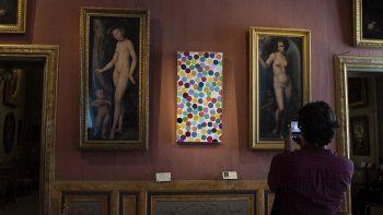 Una vista muestra Dove Grey (Centro) del artista británico Damien Hirst, como parte de la exposición Archaeology Now en la Galleria Borghese en Roma el 7 de junio de 2021.
