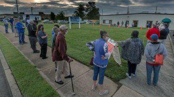 Votantes hacen fila fuera de la oficina de empadronamiento electoral en Roanoke, Virginia, para votar de manera adelantada antes de las elecciones de noviembre, en esta fotografía de archivo del 18 de septiembre de 2020.