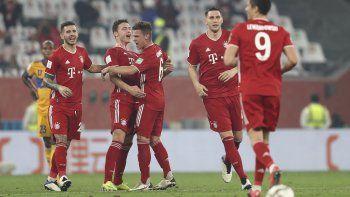 Benjamin Pavard (segundo a la izqierda) celebra tras anotar el gol que le dio a Bayern Múnich la victoria 1-0 ante Tigres de México en la final del Mundial de Clubes, en Al Rayyan, Catar, el jueves 11 de febrero de 2021.