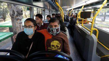 Pasajeros viajan en el metro-bus en la Ciudad de México, el lunes 23 de marzo de 2020. Las autoridades de la ciudad anunciaron medidas para contener la propagación del nuevo coronavirus, como cerrar bares, discotecas, museos, zoológicos, cines, teatros y gimnasios a partir del lunes.