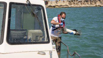 En esta foto del 21 de mayo del 2020, Salvatore De Bonis, biólogo de la agencia ambiental de la región de Lazio, Italia, muestra cómo la agencia realiza pruebas en agua salada durante una entrevista con The Associated Press en una embarcación de la Guardia Costera frente a Fiumicino.
