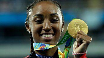 En imagen de archivo del jueves 18 de agosto de 2016, la estadounidense Brianna Rollins posa con la medalla de oro tras conquistar la carrera de 100 metros con vallas para mujeres en los Juegos Olímpicos de Río de Janeiro, Brasil