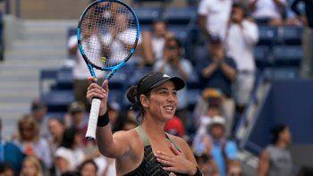 Garbiñe Muguruza festeja su victoria sobre la bielorrusa Victoria Azarenka en la tercera ronda del US Open, el viernes 3 de septiembre de 2021, en Nueva York