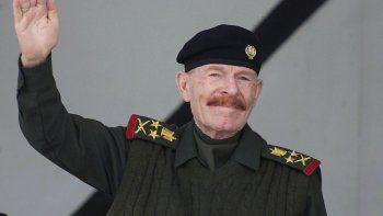Esta fotografía de archivo del 4 de febrero de 2003 muestra al exdiputado de Saddam Hussein, Izzat Ibrahim al-Duri, saludando durante un desfile militar en la ciudad norteña de Mosul. Izzat Ibrahim al-Duri, el ayudante más antiguo y fugitivo de Sadddam Hussein.