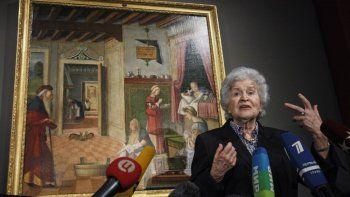 En esta fotografía de archivo del viernes 27 de abril de 2012, Irina Antonova, directora del Museo de Bellas Artes Pushkin, habla frente a una obra maestra de Vittore Carpaccio en una conferencia de prensa sobre las celebraciones del centenario del museo en Moscú, Rusia.