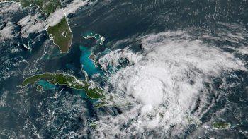 En esta fotografía del satélite GOES-16 tomada el viernes 31 de julio de 2020 y proporcionada por la Administración Oceánica y Atmosférica de Estados Unidos (NOAA, por sus siglas en inglés), el huracán Isaías avanza en el Caribe.